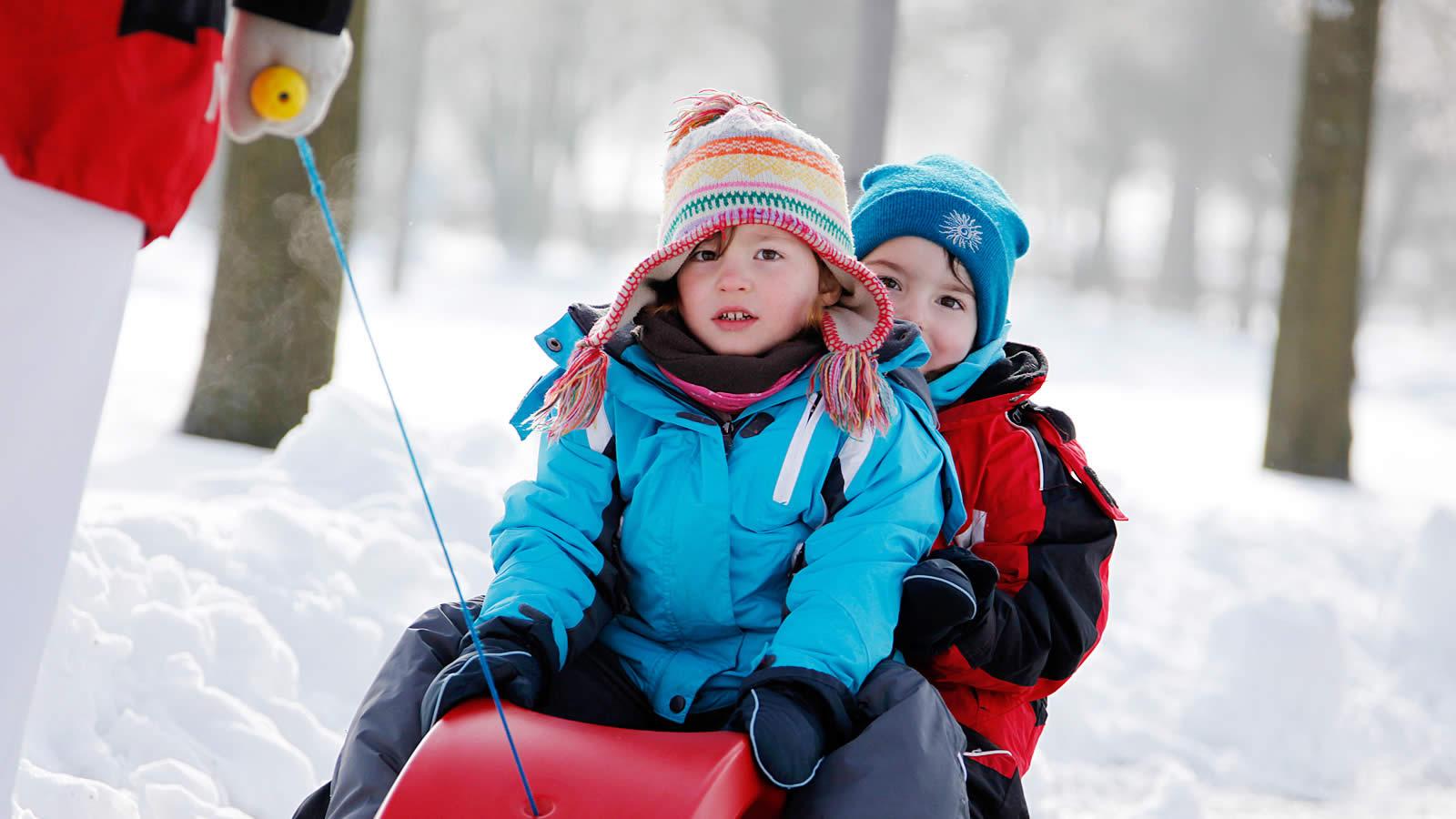 Kinder beim Schlittenfahren