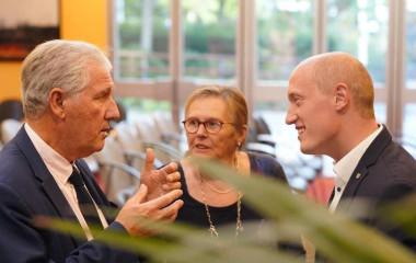Philippe Sueur und Jonathan Berggötz im Austausch mit Übersetzung von Chantal Heining
