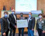 Robert Spreter (links) und Waltraud Barr vom Verein Kommunen für biologische Vielfalt e.V. gratulieren Michael Neuenhagen, Kathrin Schwab und Gunnar Prennig.