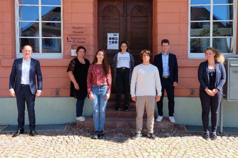 Die Auszubildenden 2021 mit Bürgermeister Jonathan Berggötz und Personalleiterin Simone Theuerkauf