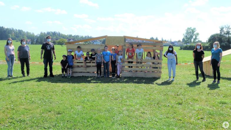 Gerlinde Hummel-Höfflin (2.v.l.) und Christoph Lauer (3.v.l.) zusammen mit den Kindern und dem Team der Ferienbetreuung.